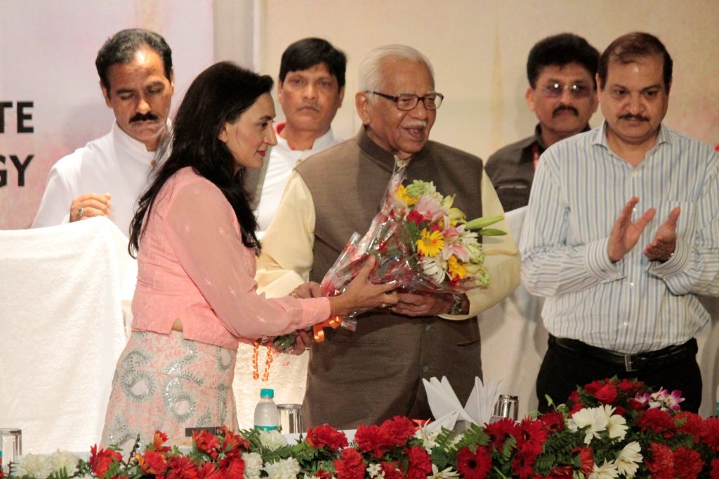Asma-Hussain-presenting bouquet to Uttar pradesh governor Shri Ram Naik at AIFT fashion festival 2016